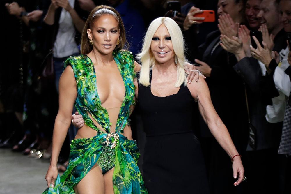 H Τζένιφερ Λόπεζ με το Jungle Dress κλείνει την επίδειξη μόδα του οίκου Versace στο Μιλάνο και περπατά στην πασαρέλα με τη Ντονατέλα Βερσάτσε