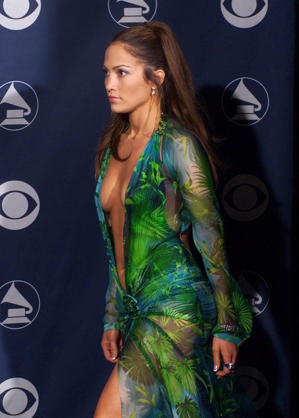 Το φόρεμα του οίκου Versace προκάλεσε πανικό στο διαδίκτυο την επομένη των βραβείων Grammy στις 23 Φεβρουαρίου 2000