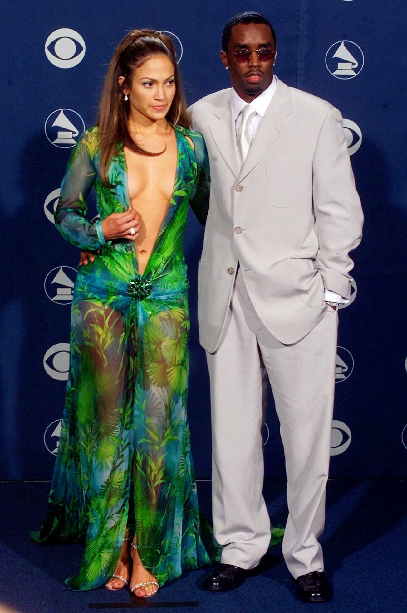 """Η Τζένιφερ Λόπεζ με τον Sean """"Puffy"""" Combs στα Βραβεία Grammy το 2000"""