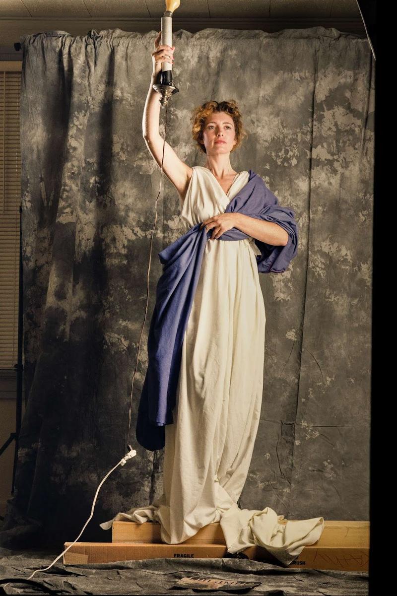 H Τζένη Τζόζεφ ποζάρει για το σύμβολο της Columbia Pictures που θα μείνει στην ιστορία