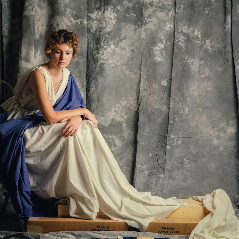 H Τζένη Τζόζεφ ξεκουράζεται κατά τη διάρκεια της φωτογράφησης