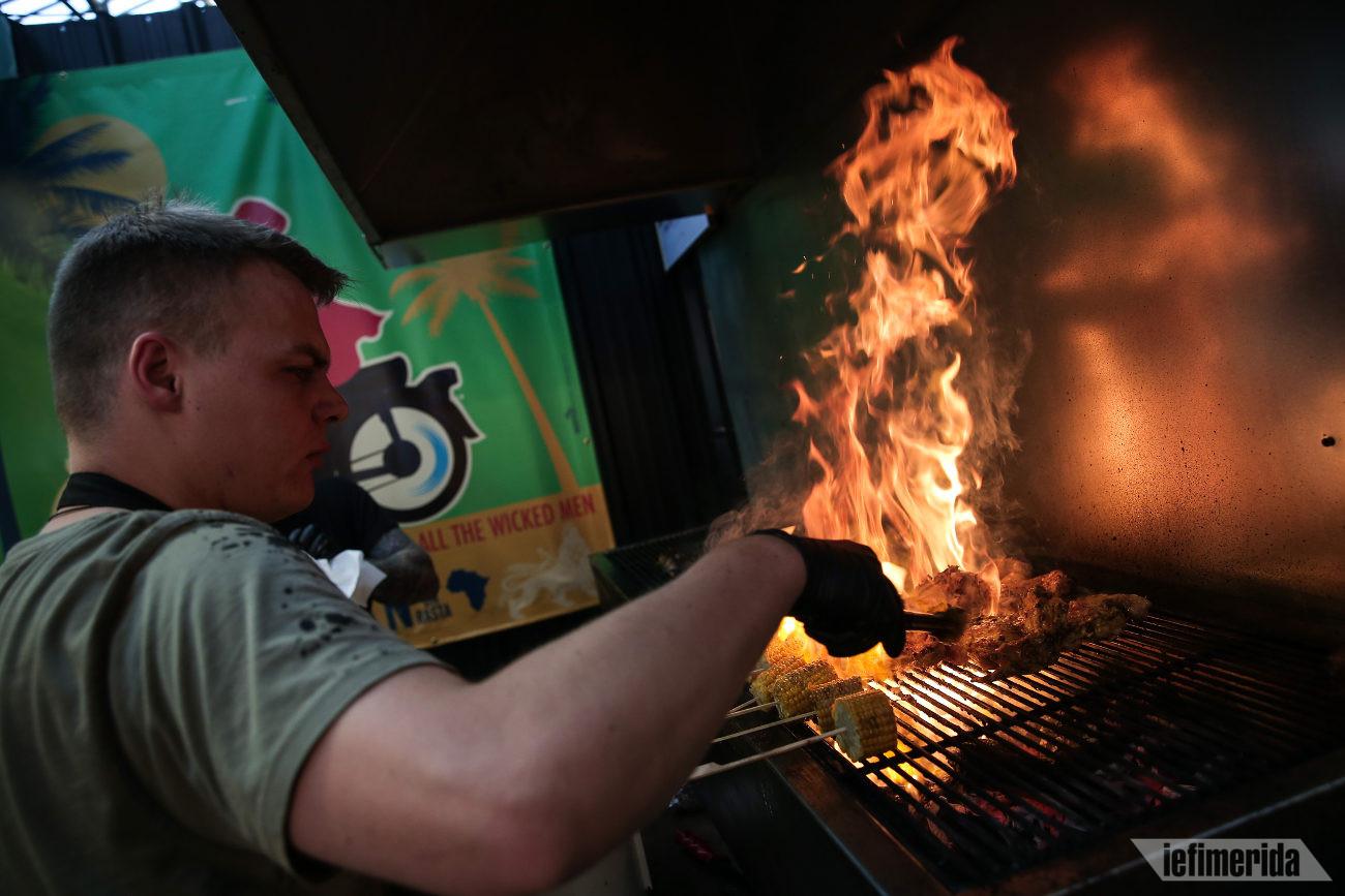Οι υπεύθυνοι του Cool Jerk ψήνουν κοτόπουλο με τον τζαμαϊκανό τρόπο στο Athens Street Food Festival