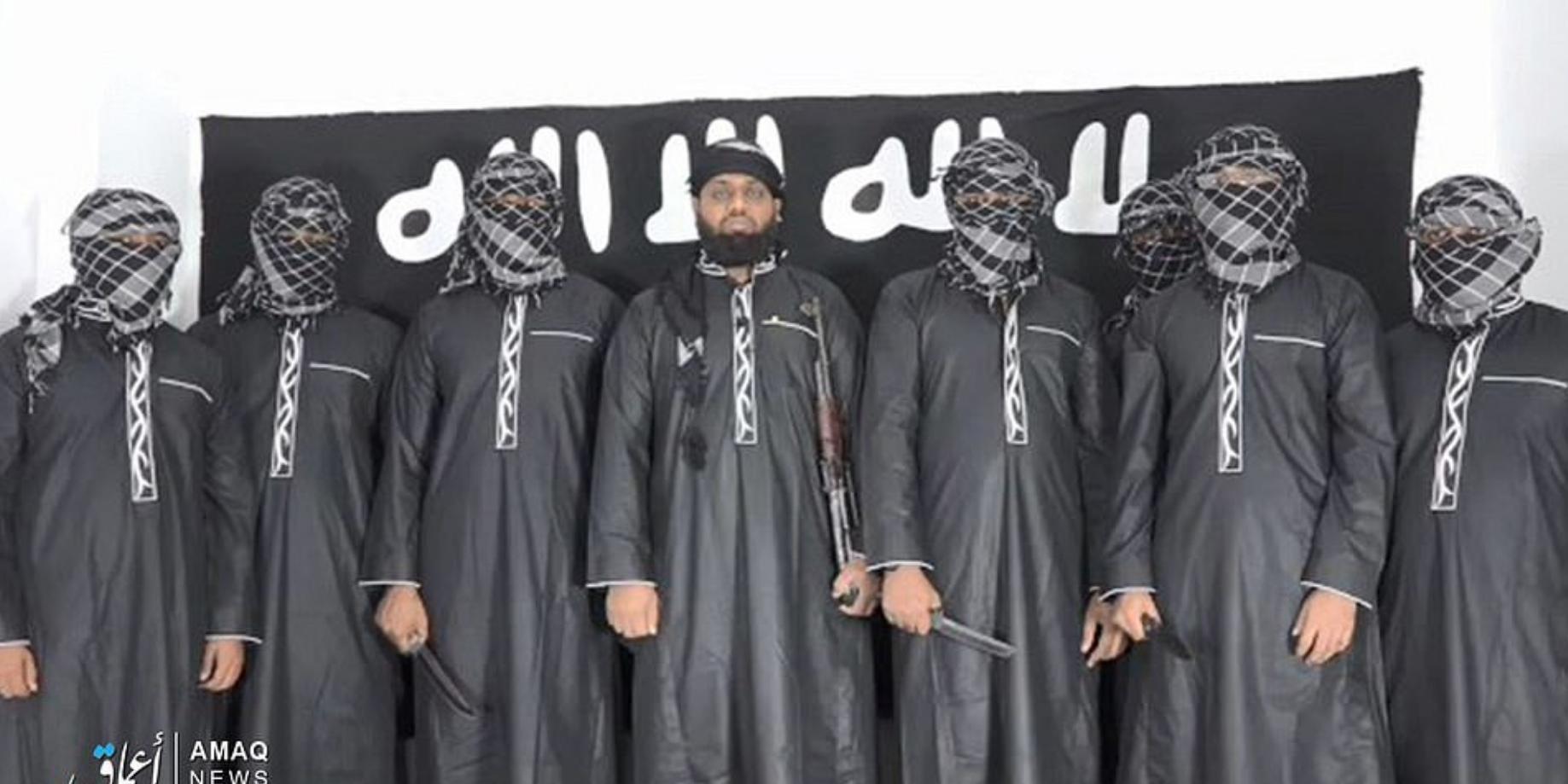 Ο Μουλβί Ζαχράν Χασίμ, ηγέτης της ισλαμιστής οργάνωσης της Σρι Λάνκα National Thawheed Jamaath μαζί με τους άλλους καμικάζι της περασμένη Κυριακής ορκίζεται πίστη και αφοσίωση στον ηγέτη του ISIS, Αμπού Μπακρ αλ Μπαγκντάντι.