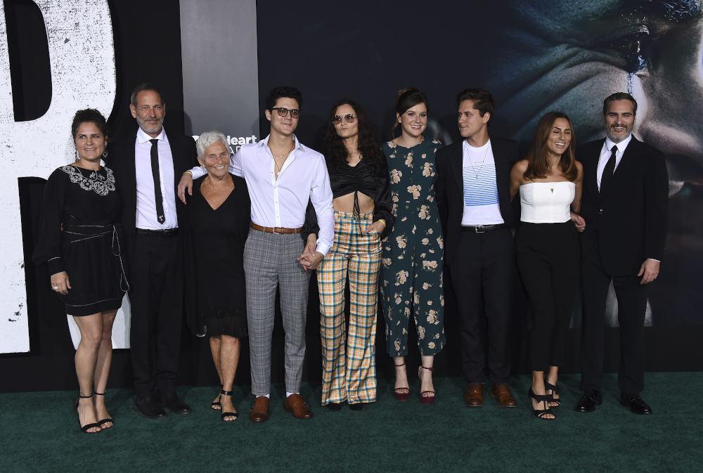 Ο Χοακίν Φίνιξ με μέλη της οικογένειάς του, μεταξύ των οποίων και οι αδερφές του, στην πρεμιέρα της ταινίας Joker