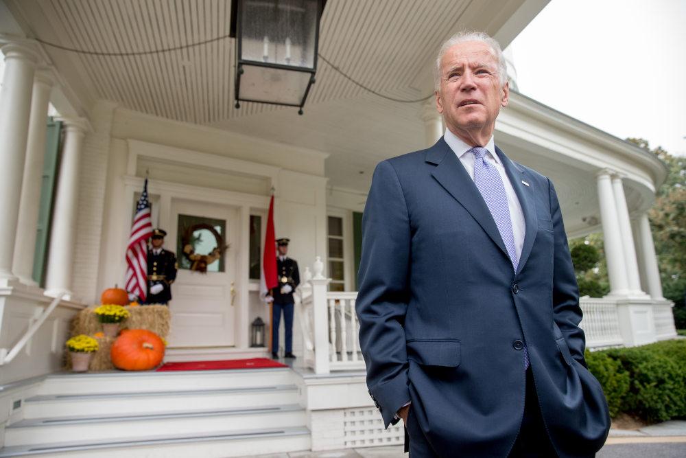 Ο Τζο Μπάιντεν έξω από την οικία των αντιπροέδρων