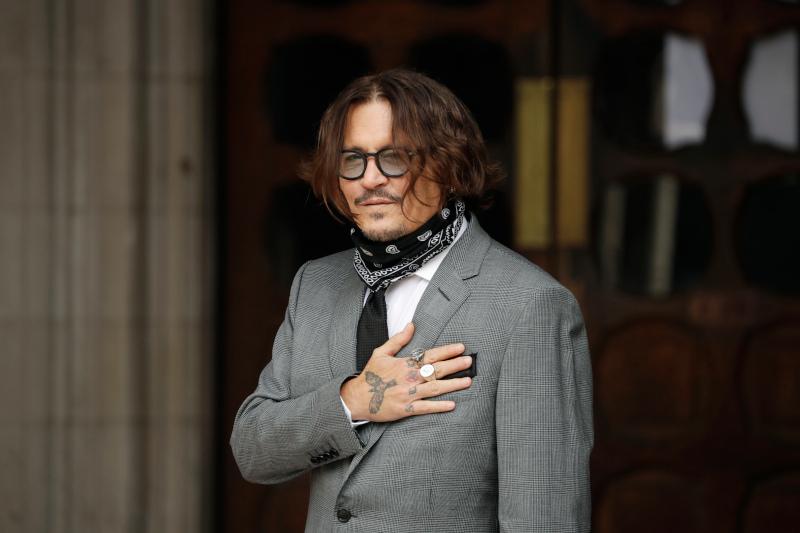Ο Τζόνι Ντεπ με γκρι κοστούμι