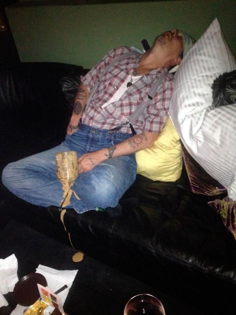 Η ντροπιαστική φωτογραφία του Τζόνι Ντεπ που χρησιμοποιήθηκε ως πειστήριο στο δικαστήριο και τον δείχνει μεθυσμένο και υπό την επήρεια ναρκωτικών