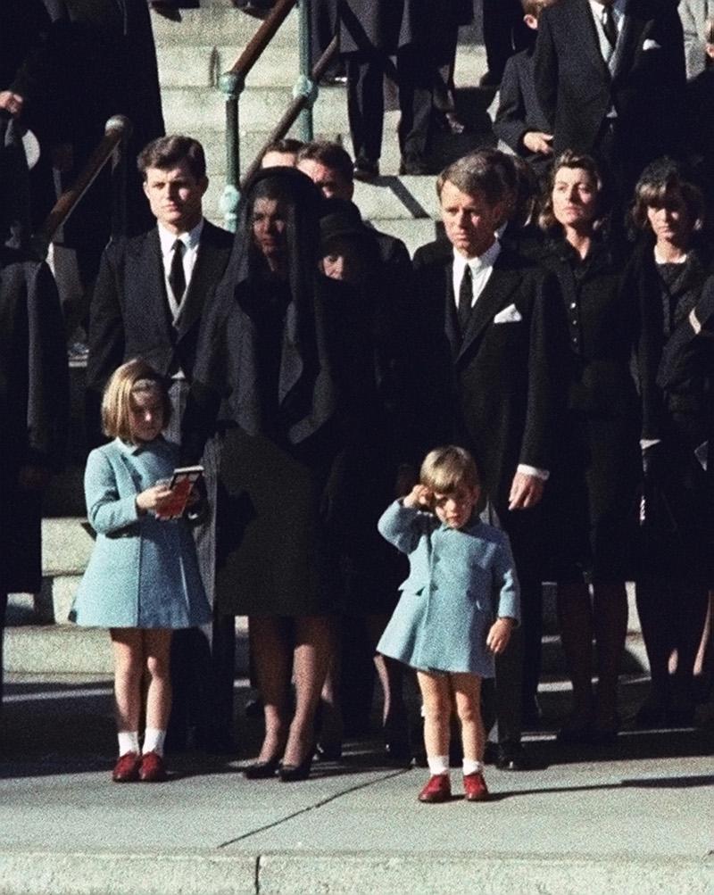 Ο Τζον Κένεντι Τζ. αποχαιρετά τον πατέρα του
