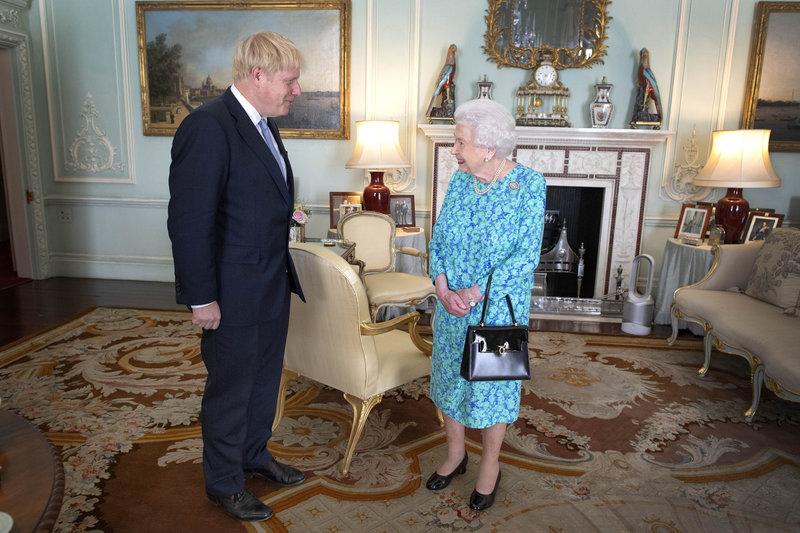 Ο Μπόρις Τζόνσον με τη βασίλισσα Ελισάβετ