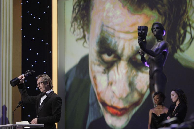 Ο Gary Oldman παραλαμβάνει το βραβείο β' ανδρικού ρόλου για την ερμηνεία του Χιθ Λέτζερ ως Joker, στα βραβεία SAG το 2009, εκ μέρους του άτυχου ηθοποιού που πέθανε το 2008
