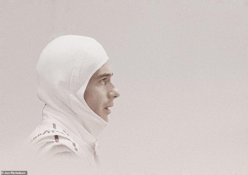 O Αιρτον Σένα, με λευκή, σχεδόν «αγγελική» περιβολή, στη θέση του οδηγού, στο γκαράζ της Williams, λίγο προτού βγει στην πίστα του Σαν Μαρίνο