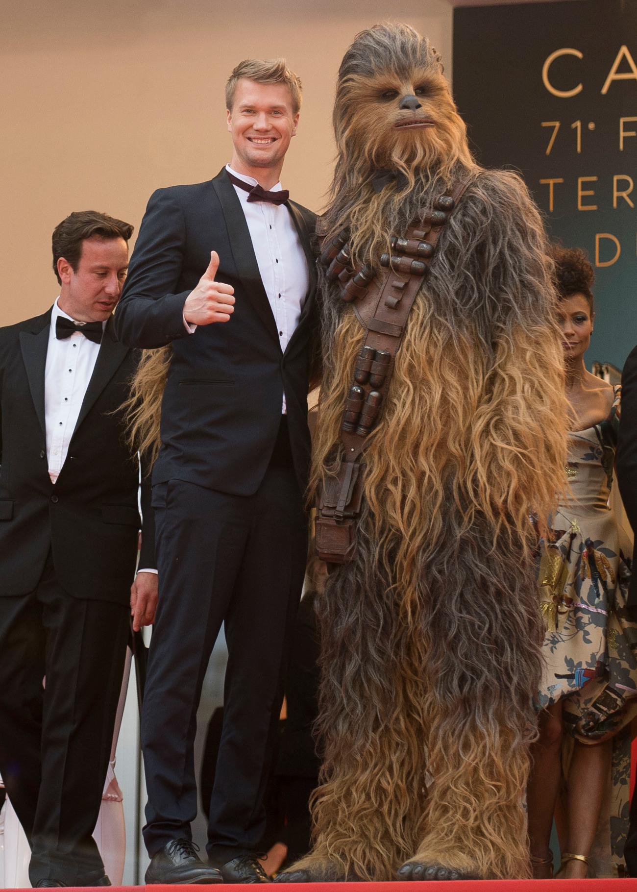 Ο ηθοποιός Τζόνας Σουοτάμο, ο νέος Τσουμπάκα στην επίσημη πρεμιέρα της ταινίας «Σόλο»