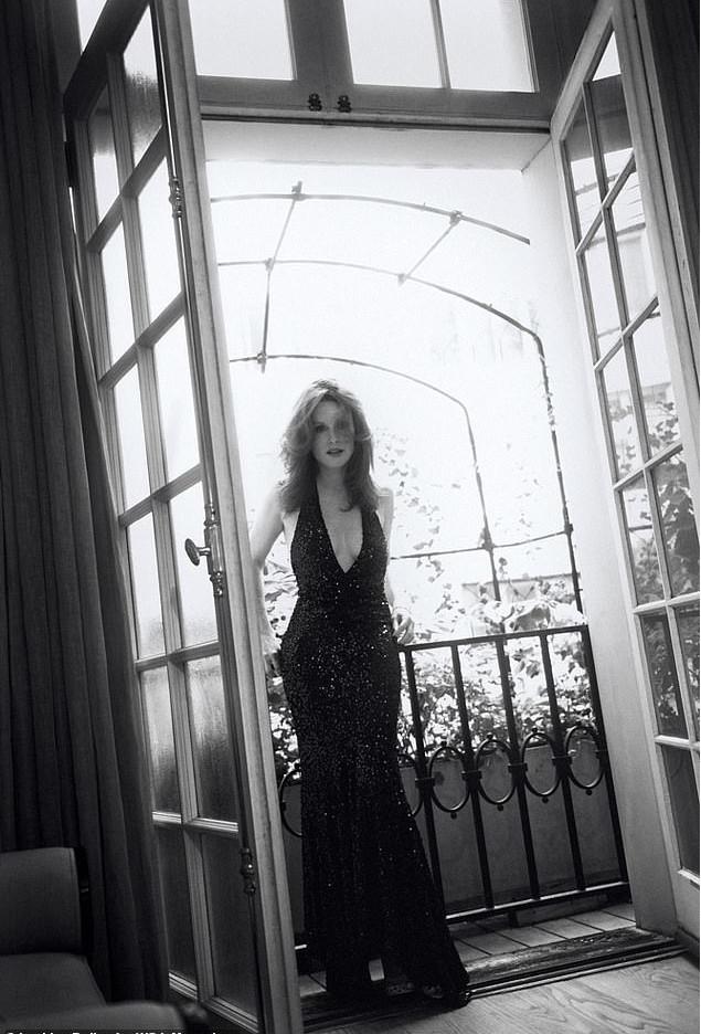 Η Τζούλιαν Μουρ με μαύρο φόρεμα με πούλιες και βαθύ ντεκολτέ