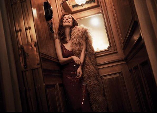 Τζούλιαν Μουρ με μπορντό φόρεμα με πούλιες