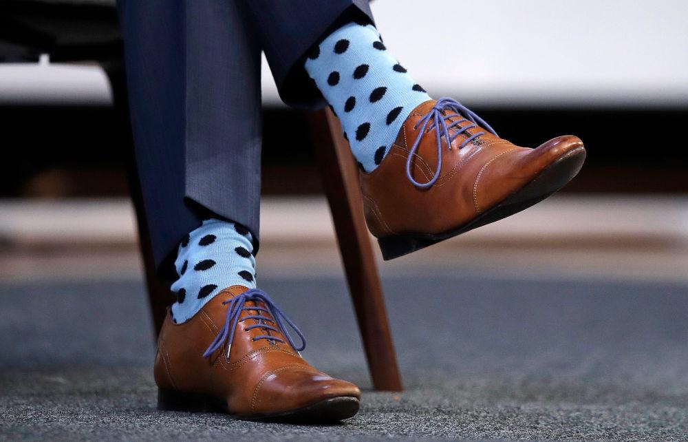 Ο φακός των φωτογράφων τις απαθανάτισε από κοντά τις ξεχωριστές γαλάζιες πουά κάλτσες του Τζάστιν Τριντό
