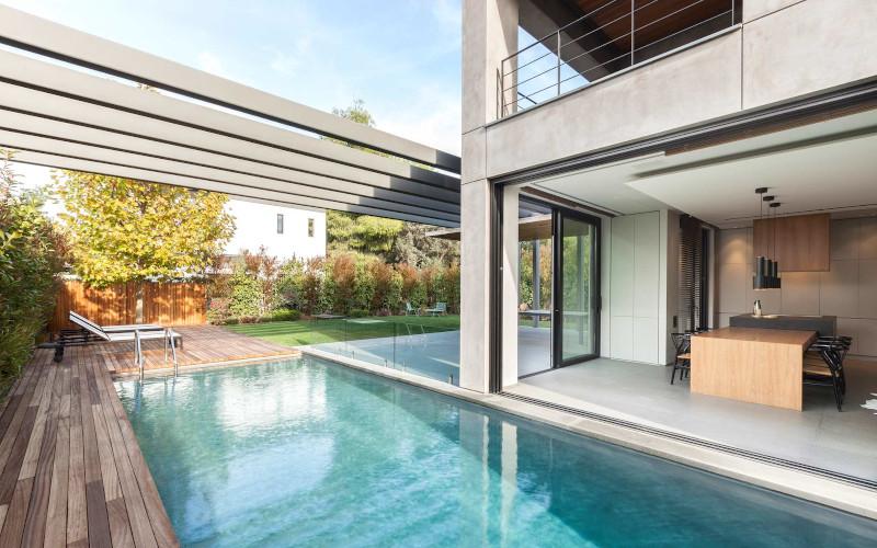Πισίνα και αυλή οικίας