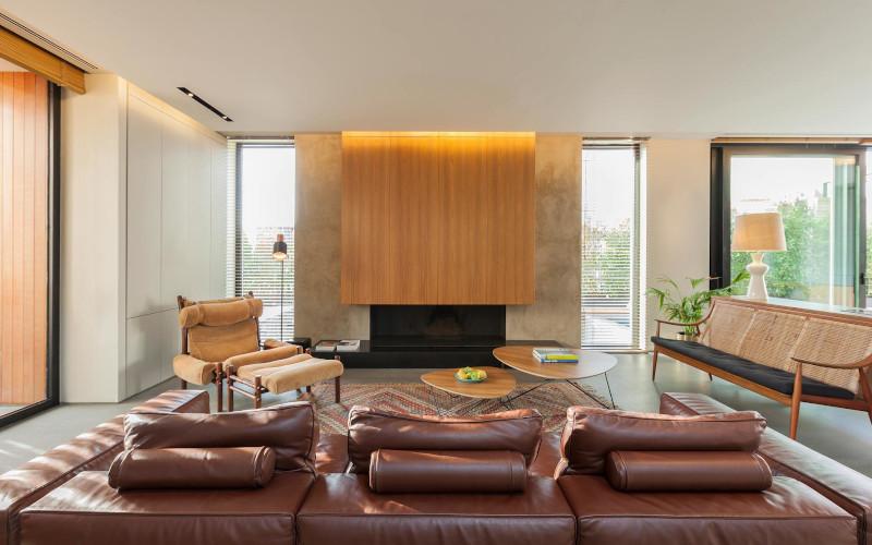 Καθιστικό σπιτιού με δερμάτινους καναπέδες