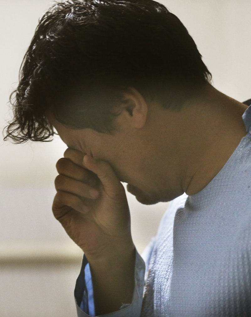 Ανδρας κλαίει μετά την φονική επίθεση 