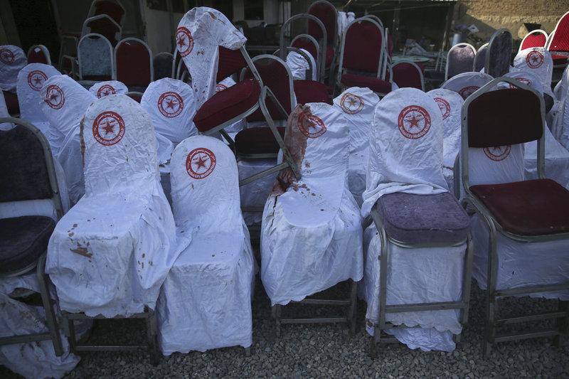 Φωτογραφίες σε μέσα κοινωνικής δικτύωσης εικονίζουν πτώματα να κείτονται ανάμεσα σε αναποδογυρισμένα τραπέζια και καρέκλες μέσα στην αίθουσα όπου γινόταν ο γάμος.