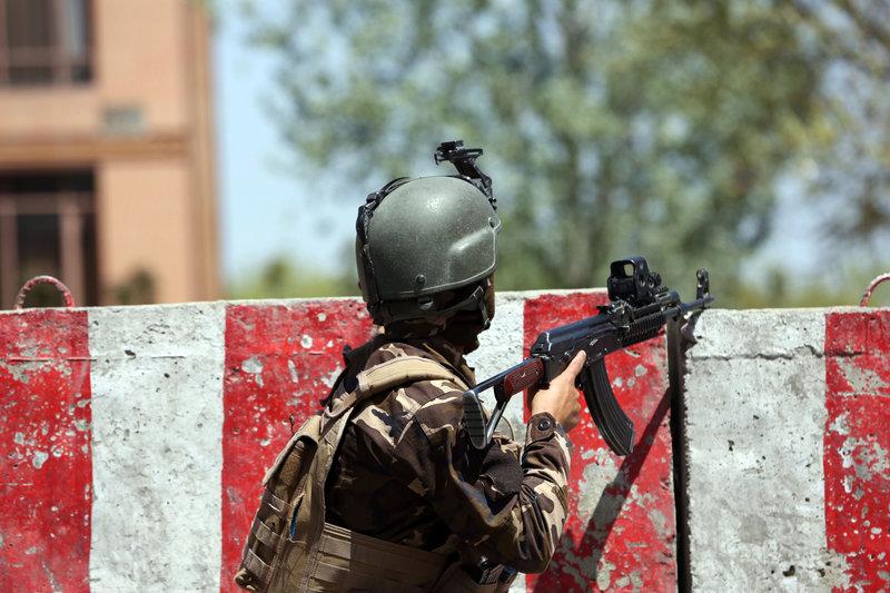 Αφγανός στρατιώτης έξω από το υπουργείο Επικοινωνιών στην Καμπούλ όπου σημειώθηκε η έκρηξη