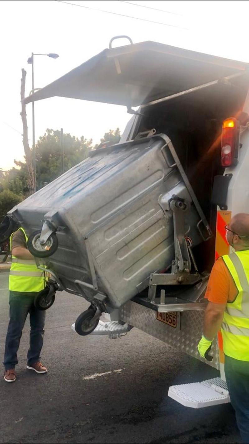 Υπάλληλοι του δήμου στον πλύσιμο των κάδων στο Δήμο της Αθήνας