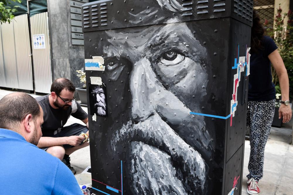 Ο καλλιτέχνης οριοθετεί τα σημεία του ΚΑΦΑΟ όπου θα φιλοτεχνήσει το έργο του