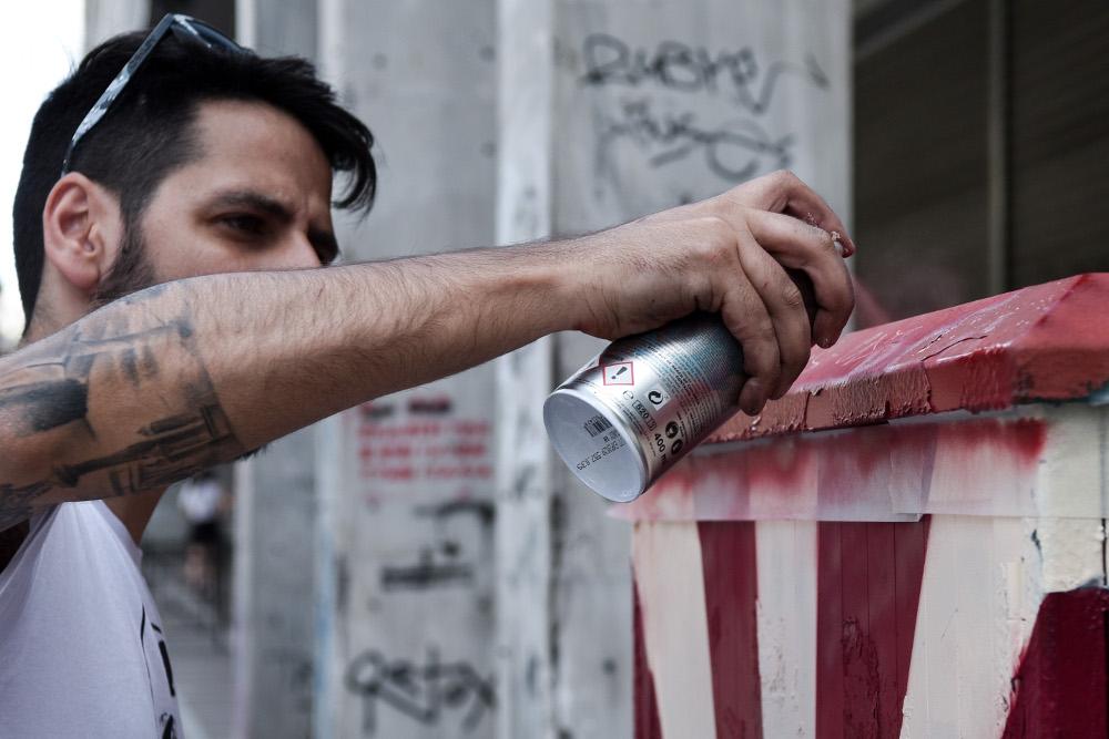 Συνολικά 40 καλλιτέχνες επιλέχτηκαν έπειτα από κάλεσμα του Δήμου Αθηναίων να αλλάξουν όψη στα ΚΑΦΑΟ του εμπορικού κέντρου