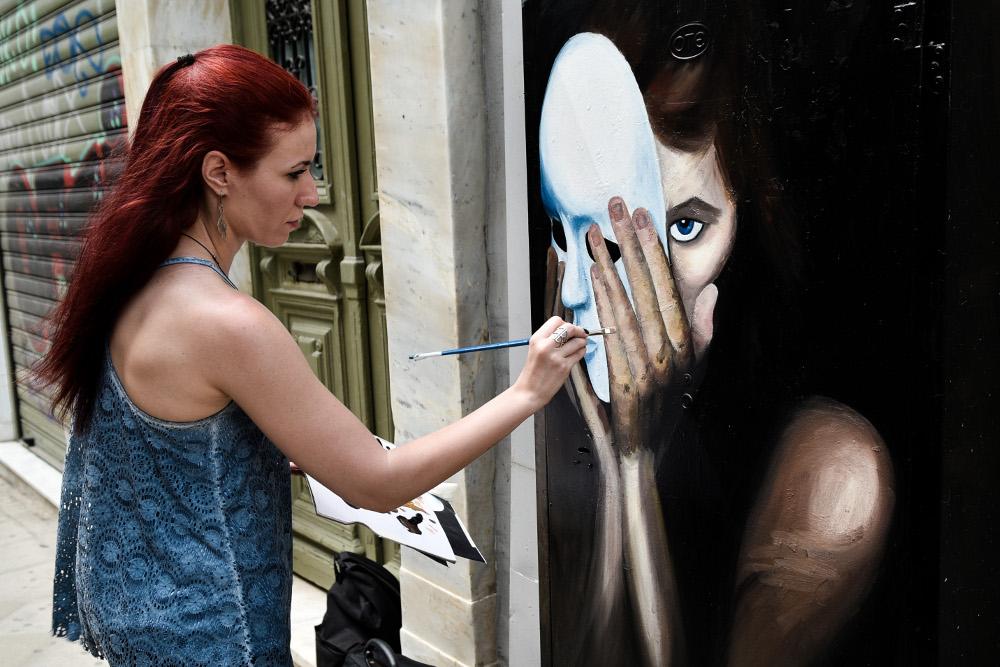 Η καλλιτέχνης ολοκληρώνει το δικό της ΚΑΦΑΟ με το κορίτσι πίσω από τη μάσκα