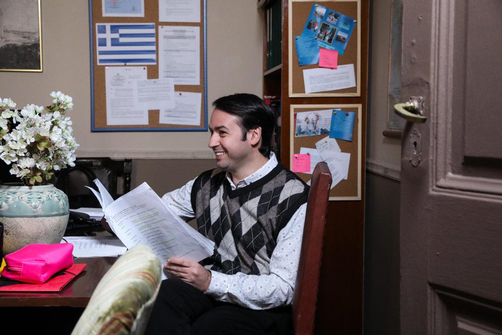 Ο Βαγγέλης Δουκουτσέλης, υποδύεται τον Όθωνα, τον νέο γραμματικό στο Δημαρχείο του Καφέ της Χαράς