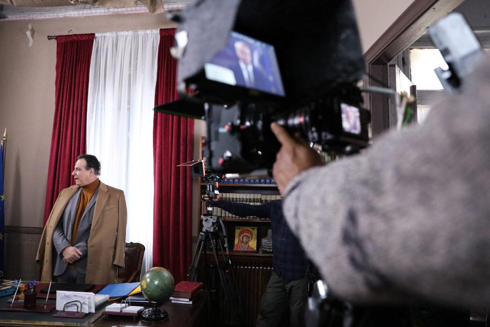 Η κάμερα είναι έτοιμη να καταγράψει την σκηνή στο Δημαρχείο από τη σειρά Το Καφέ της Χαράς