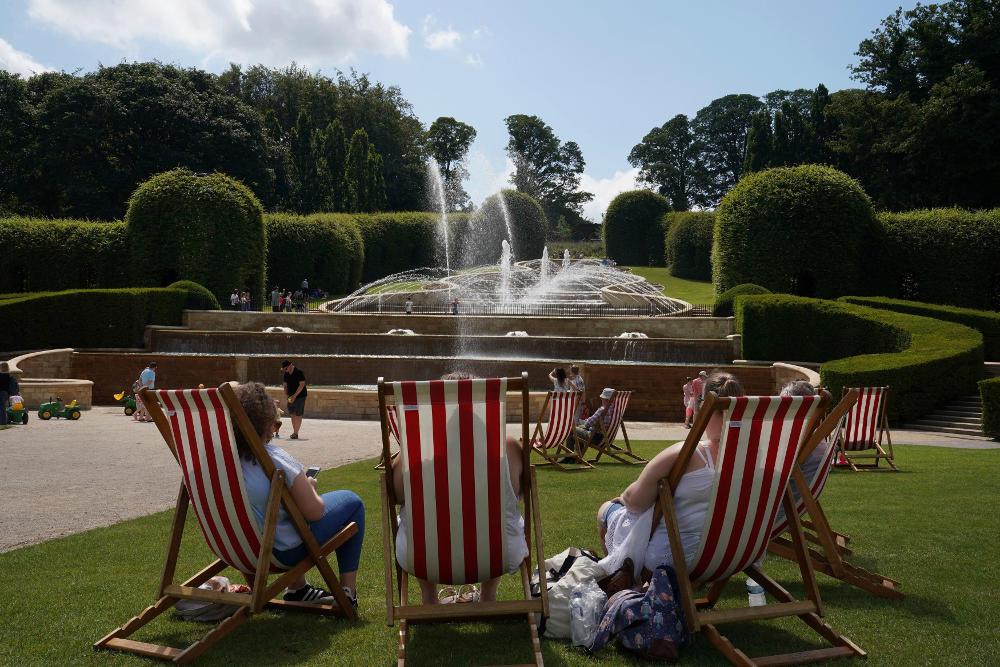 Στα πάρκα με νερό και θέα τα συντριβάνια οι Βρετανοί που αναμένουν την πιο ζεστή ημέρα στην ιστορία τους