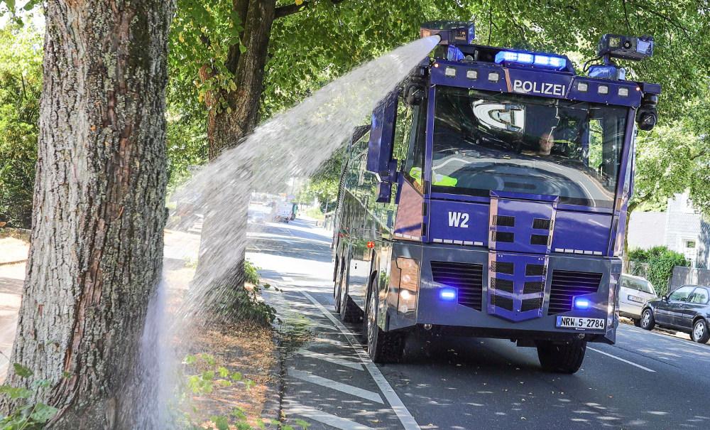 Υδροφόρα στη Γερμανία καταβρέχει και ποτίζει τα δέντρα, εν όψει του κύματος καύσωνα που πλησιάζει στην Ευρώπη