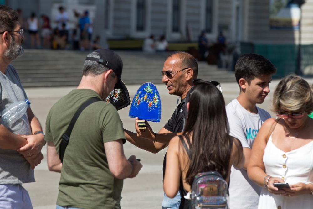 Ουρές κάνουν οι τουρίστες στην Ισπανία για να προμηθευτούν βεντάλιες προκειμένου να αντιμετωπίσουν τη ζέστη