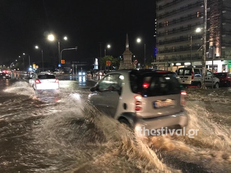 Σε ποτάμια μετατράπηκαν οι δρόμοι στη Θεσσαλονίκη το βράδυ της Τρίτης έπειτα από έντονη βροχή
