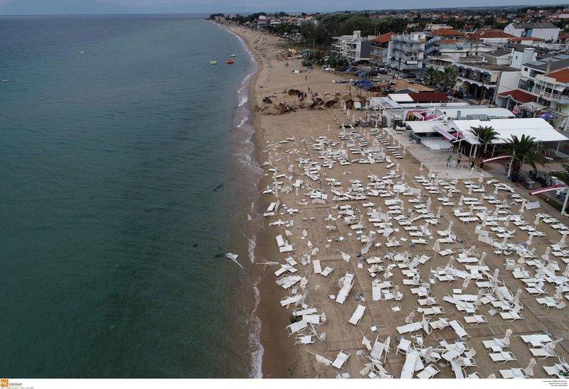 Κατά μήκος της παραλίας στη Χαλκιδική μετά την κακοκαιρία όλα είναι διαλυμένα