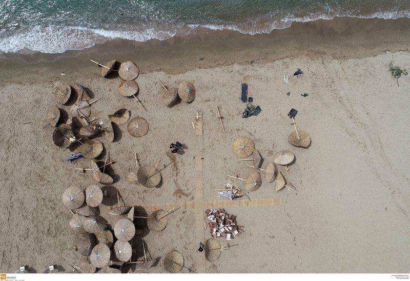 Το μπουρίνι σήκωσε και πέταξε στην άμμο ξαπλώστρες και ομπρέλες