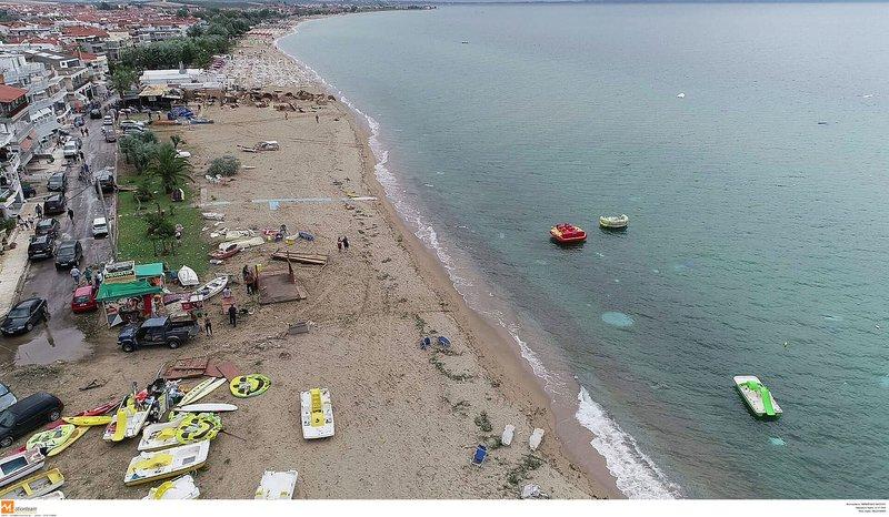 Σαν να πέρασε τυφώνας από την παραλία στη Χαλκιδική και τα σάρωσε όλα