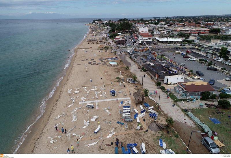 Η παραλία στη Χαλκιδική μετά το χτύπημα της κακοκαιρίας έμοιαζε με βομβαρδισμένο τοπίο