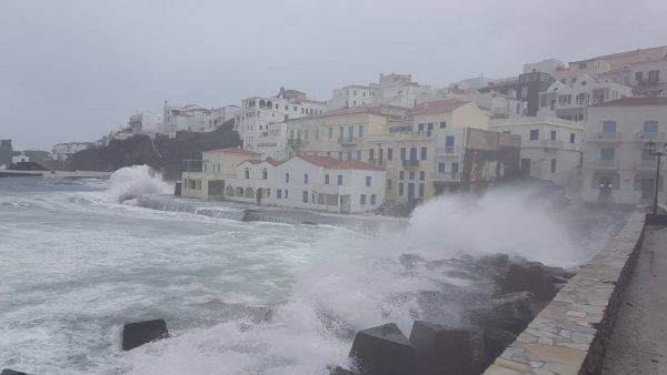 Κύματα στο νησί της Ανδρου λόγω της σφοδρής κακοκαιρίας