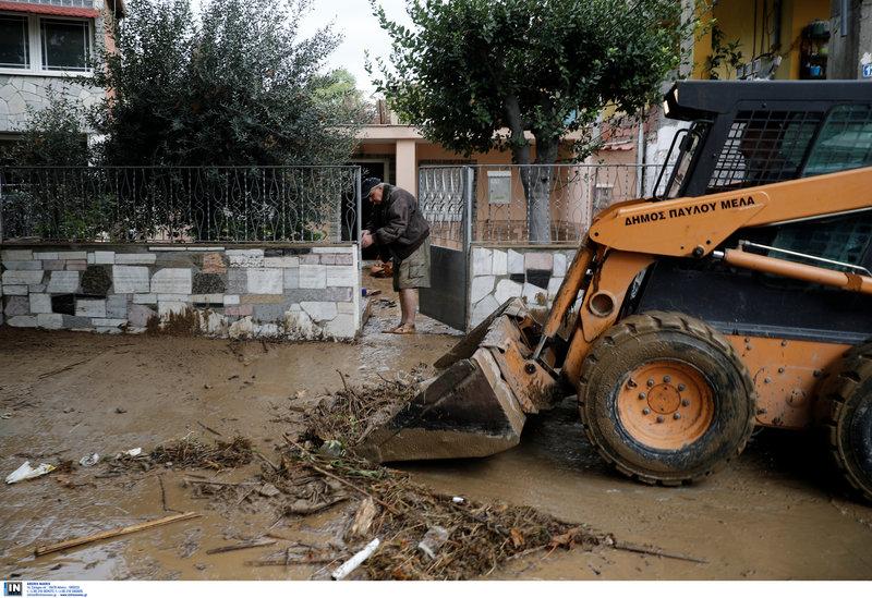Λάσπες και φερτά υλικά έξω από σπίτι στην Ευκαρπία Θεσσαλονίκης