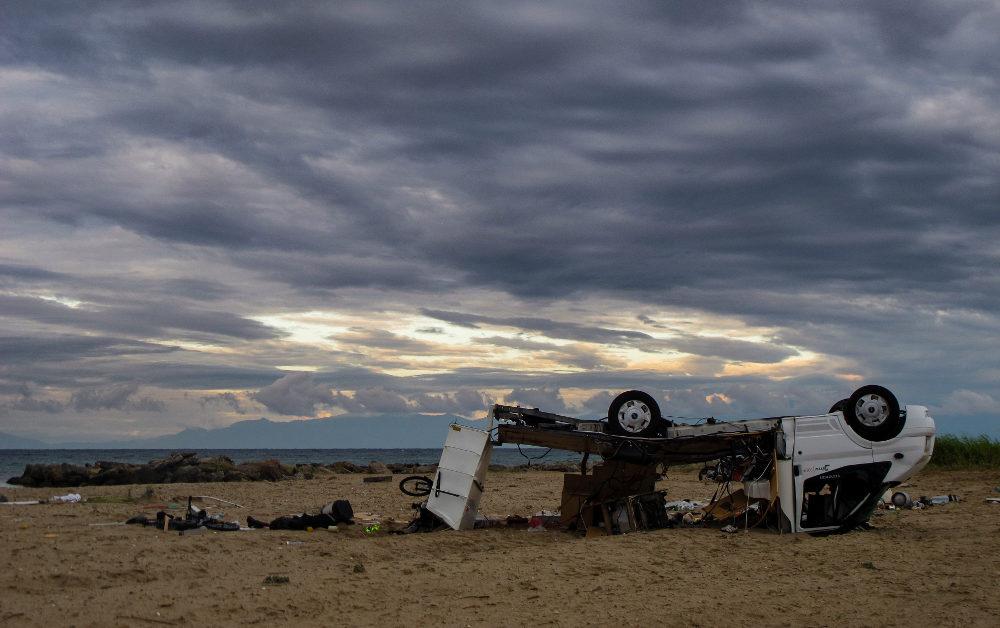 Αδιανόητη η εικόνα του κατεστραμμένου τροχόσπιτου, μέσα στο οποίο βρήκαν τραγικό θάνατο δύο Τσέχοι τουρίστες