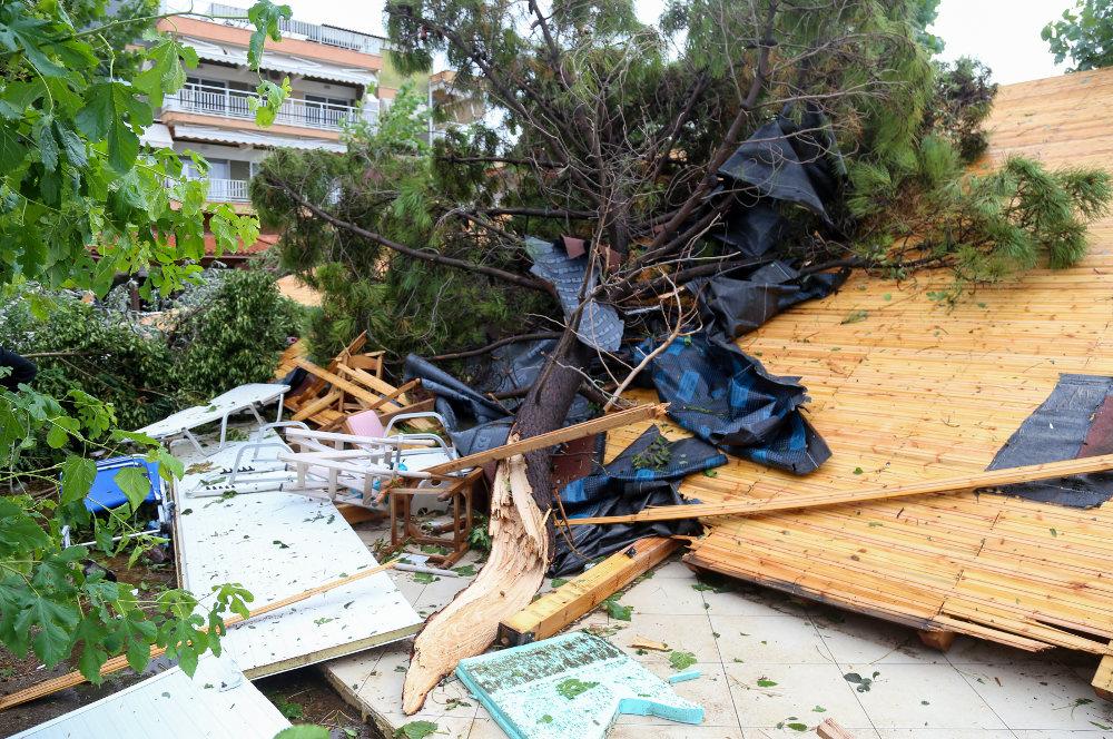 Δέντρα, πινακίδες, σκέπαστρα και αυλές έχουν όλα γίνει άμορφη μάζα μετά την κακοκαιρία στη Χαλκιδική
