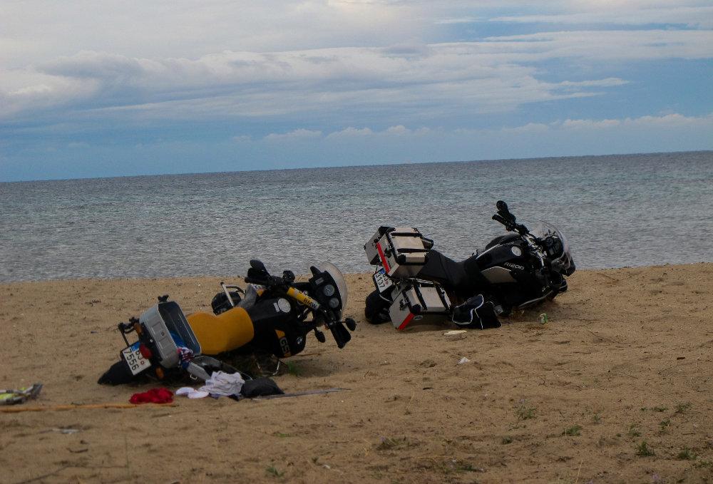 Λίγο πιο μακριά στην ίδια παραλία οι μοτοσυκλέτες των τουριστών έχουν ανατραπεί στην άμμο