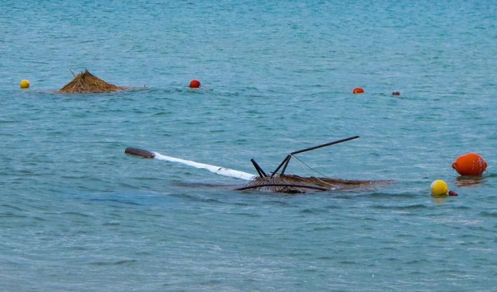 Ομπρέλες βρέθηκαν ακόμη και μέσα στο νερό την επομένη της θεομηνίας στην Χαλκιδική