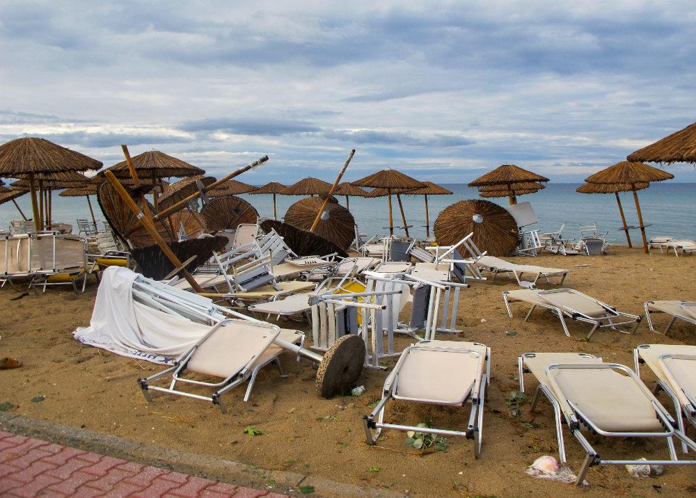 Ο αέρα ξερίζωσε ομπρέλες και παρέσυρε ξαπλώστρες στις παραλίες