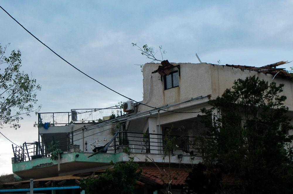 Ο αέρα ξήλωσε την οροφή κτιρίου στη Χαλκιδική