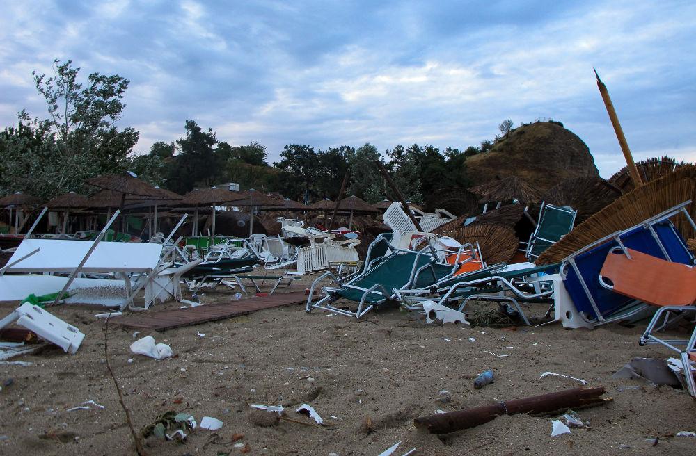 Οι παραλίες στην Χαλκιδική μοιάζουν με βομβαρδισμένο τοπίο