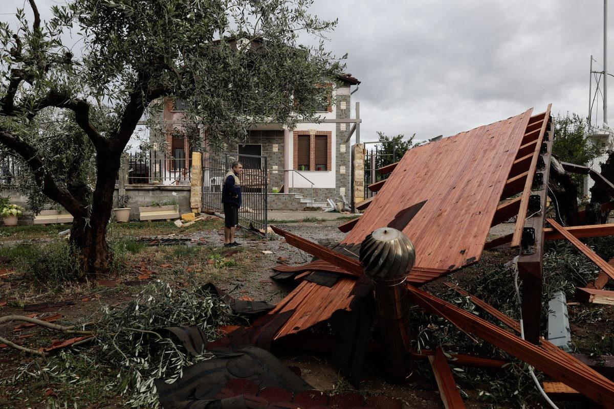 Στέγαστρο κατέρρευσε από τη μανία του ανέμου για όσο διήρκησε η κακοκαιρία στη Χαλκιδική