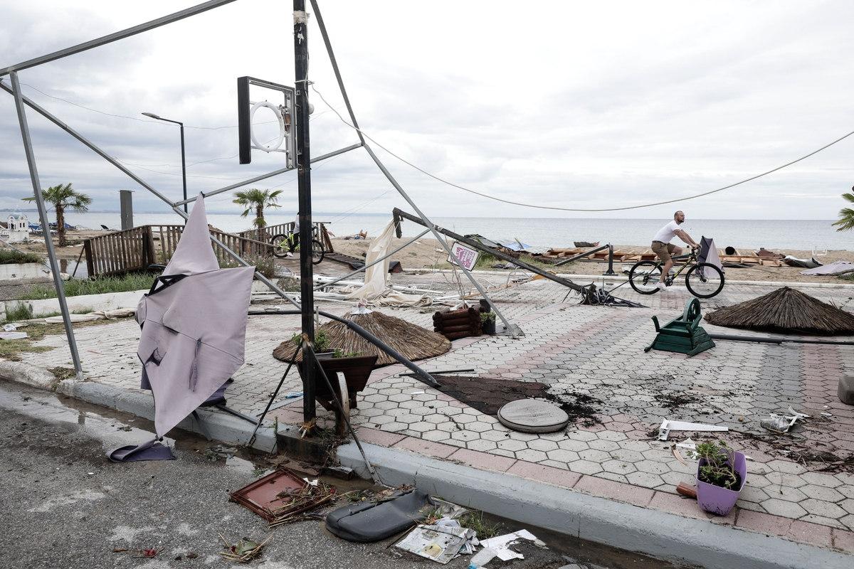 Ομπρέλες, τέντες, ταμπέλες και γλάστρες, όλα στο έλεος των ισχυρών ανέμων στις παραλίες της Χαλκιδικής