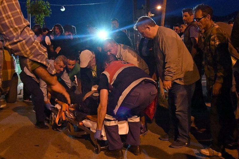 Τραυματιοφορείς μεταφέρουν τον εικονολήπτη στο ασθενοφόρο